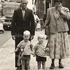 F3253<br /> Cor en Alie van der Elst met hun kinderen Leo en Anton op de Hoofdstraat tegenover het postkantoor.