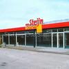 F2014<br /> Het pand van 'Van Steijn Wonen' aan de Hoofdstraat nr. 81, recht tegenover de St. Bernardus. De winkel staat hier leeg; de firma heeft er van februari 1986 t/m april 2009 in gehuisd. L. van Steijn had het pand gekocht van autobedrijf LIAM, dat in 1976 de deuren opende. LIAM had het leegstaande bedrijf van v.h. Drukkerij De Gruijter uitgebreid.<br /> Het pand gaat op termijn verdwijnen t.b.v. het woningbouwproject Post Promenade. Nu (2016) is hier tijdelijk een kringloopwinkel in gevestigd. Foto: eind 2009.