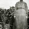 F2278<br /> Mevr. Moerkens-Keldermans. Zij woonde aan de Zandslootkade nr. 51. Foto: augustus 1929.