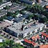 F3189<br /> Luchtfoto van Sassenheim. Rechts onder de huizen van de Charbonlaan, Westerstraat en Jacoba van Beierenlaan. In het midden de Gildehof en daarboven r.-k. basisschool De Overplaats. Uiterst links een deel van het gemeentekantoor aan de Wilhelminalaan.