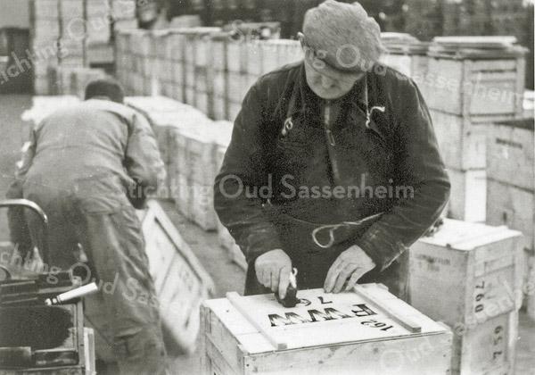 F0932g <br /> Personeel van Gebr. Van Zonneveld & Philippo, bezig met het verzendklaar maken van de kisten. Hier worden de kisten met een handstempel voorzien van een nummer en een codering.