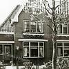 F1908 <br /> De Kerklaan met rechts nr. 60 en links nr. 62.  Op nr. 60 woonde de fam. Rotteveel. Op nr. 62 woonde de fam. H. Verhoef en daarna vele jaren Jacques van Goeverden. Na verkoop en een verbouwing in 2015 zijn beide panden nu bewoond door nieuwe eigenaren. Foto: 1959.