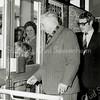F3701<br /> De opening van de Digros in 1974 door dhr. Jan van der Broek. De dame met het hoedje is mevr. Marij van der Meij- van Schooten.