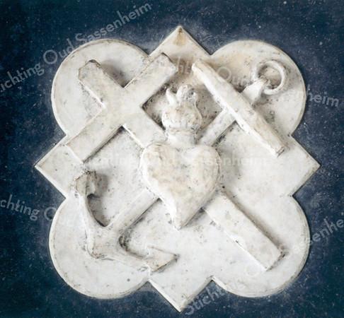F0102g <br /> Bij de verbouwing van de  Ned.-herv. Kerk of Dorpskerk in 1923 werden bijna alle grafzerken en tegels uit de kerk verwijderd en ze werden rondom de kerk in de grond gestopt. Vanaf 1997/98 is koster S. Vliem bezig een aantal zerken weer in de kerk te plaatsen. De gebroken exemplaren zijn vervangen door nieuwe; daarbij is de oorspronkelijke tekst weer in de steen gegraveerd. De andere zijn zo goed mogelijk schoongemaakt. De teksten die op de stenen staan, heeft de heer Vliem uit de oude grafboeken gehaald. De kosten heeft hij geheel voor eigen rekening genomen. Foto: 1998.