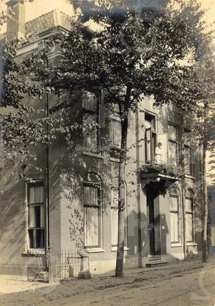 F0794 <br /> Het pand aan de Hoofdstraat, dat in 1895 voor de huisarts dr. Metzlar gebouwd werd. Na hem woonde hierin o.a. dokter Hueber en nadien zijn schoonzoon dokter Horrevorts. Op de foto staat een dame op het balkon . Dit is vermoedelijk de vroeg gestorven eerste vrouw van dr. Metzlar. Het pand is in de jaren '80 gesloopt.  Nu is hier het pand van Blokker. Foto: vóór 1921.<br /> <br /> [Collectie Oudshoorn 006: herenhuis dr. Metzlar 1895.]