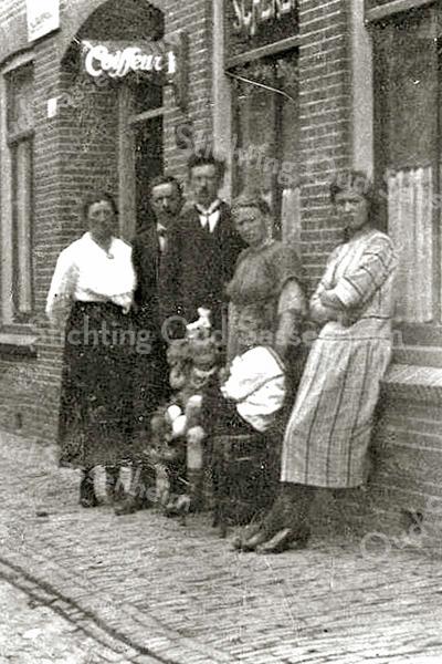 F1945<br /> Kapper Piet de Zwart (geb. 14-9-1893) met zijn gezin. Hij had een kapperszaak in de Floris Schoutenstraat nr. 6.<br /> De Zwart verzorgde ook in de jaren '40 en '50 de radiodistributie voor geheel Sassenheim.Hij had thuis een studio en door geheel Sassenheim lag een kabelnet. Als abonnee kreeg je thuis een speaker en een schakelkastje voor ontvangst van ± 5 radio zenders. Ook zond hij verzoekplatenprogramma's uit.