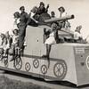 F4526<br /> Bevrijdingsoptocht. Foto: 1945.<br /> Trees en Hugo Zwetsloot staan op de foto.