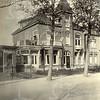 F0774 <br /> Villa Hestia aan de Hoofdstraat, de in 1909 voor notaris G. ten Bruggencate gebouwde villa. Vele jaren was de villa bewoond door de familie Henk van Zonneveld . Thans is het de woning van Piet Meijer.  De villa is genomineerd voor de gemeentelijke monumentenlijst, maar in 2014 weer van de lijst afgevoerd. Foto: vóór 1921.<br /> <br /> [Collectie Oudshoorn 097: Hoofdstraat naast De Oude Tol; villa Hestia.]