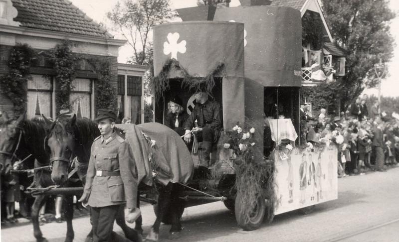F4518<br /> Bevrijdingsoptocht. Foto: 1945.<br /> Kees van Goeverden en Ellie Verdoes staan op de foto.