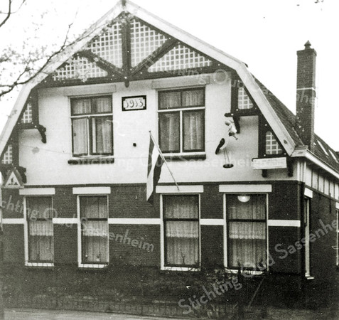 F0923 <br /> Het huis van de fam. Voorsluijs uit 1913 aan de J.P. Gouverneurlaan nr. 30. Dhr. Voorsluijs was een bollenkweker en had achter het huis een bollenschuur. Het pand is later gesloopt en er is op die plaats een nieuw huis gebouwd. Thans (in 2016) is daar notariskantoor De Ruiter gevestigd. Foto: 1970.