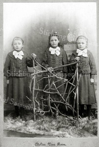 F2859<br /> Pietje, Mina en Joanna Rotteveel (drieling), dochters van Hugo Rotteveel (slager) en Cornelia Langeveld, geboren op 10 februari 1897. Het gezin woonde op de Hoofdstraat. Zie ook F2858.