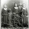 F2859<br /> Pietje, Mina en Joanna Rotteveel (drieling), dochters van Hugo Rotteveel en Cornelia Langeveld, geboren in 1897.