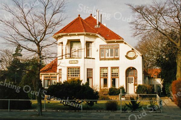 F2897<br /> Villa Anna Margaretha. Deze villa staat op de hoek van de Hoofdstraat en de Julianalaan en werd in 1915 gebouwd voor de familie Elias Speelman. Foto: 1992