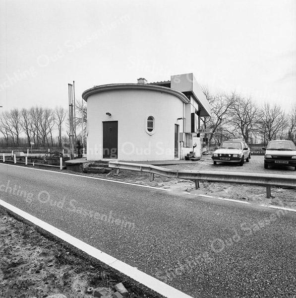 F3742<br /> De achterkant van het FINA-pomstation aan de A44 bij de afrit naar Sassenheim.