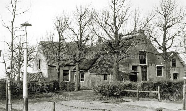 F0034 <br /> Zeventiende-eeuwse boerderij/woning van de fam. Van der Meij aan de Hortuslaan. Omstreeks 1850 werd de boerderij opgedeeld in een vijftal woninkjes. Daarnaast stond een gebouwtje waar jarenlang noodslachtingen zijn verricht door Bart van der Meij, bijgenaamd 'de Knors'. Het vlees werd tegen lage prijs verkocht. Bert Staffeleu ging fietsend met de bel door het dorp om de noodslachting bekend te maken. Hij riep dan: 'Vlees bij Van der Meij, tweevijftig de kilo'. De boerderij is gesloopt in 1958.