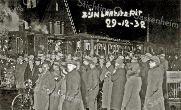 """F3234<br /> De laatste rit van de Stoomtram. Zie de kransen voorop de locomotief. De tram staat ter hoogte van park Rusthoff. Op de fietsenstandaard geheel rechts staat  reclame  van """"Gerrit Lascaris"""". Foto: 29-12-1932"""