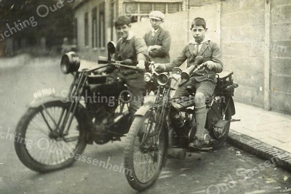 F3424<br /> Kinderen van rijwielhandel Kuijper? op de motor.