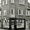 F2722<br /> Drogisterij 'De Hoek' na de verbouwing omstreeks 1952 met extra verdieping.