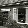 F2305<br /> J.P. Gouverneurlaan 40, huize Us Wente, bewoond door de fam. Matze. De naam van het huis is Fries voor 'ons huis'. Het dubbele woonhuis is ook als zodanig gebouwd aan het einde van de jaren '20 van de vorige eeuw en werd aanvankelijk bewoond door Louis Mondriaan (broer van de bekende schilder Piet M.) en zijn vrouw. In de jaren '30 werden de panden gebruikt als jongensinternaat. Zie ook De Aschpotter, nr. 28, pag. 39 e.v.