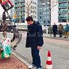 F2554<br /> Keien met graffitikunst van kunstenaar Lennart Scholte worden gelegd in de middenberm van de Parklaan. Foto: 2003.
