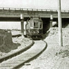 F4429<br /> De tram komt vanuit Leiden en gaat juist onder het Klinkenbergerviaduct door, en dan verder langs de Rijksstraatweg op weg naar Haarlem. Het viaduct is in 1937 gereed gekomen. De afrit van de Rijksweg 4 moet nog bestraat worden. Het enkele spoor gaat naar links met de afrit mee omhoog om over de spoorlijn en de Haarlemmertrekvaart heen te gaan. Daar sluit hij aan de de Haarlemmerstraatweg in Oegstgeest.