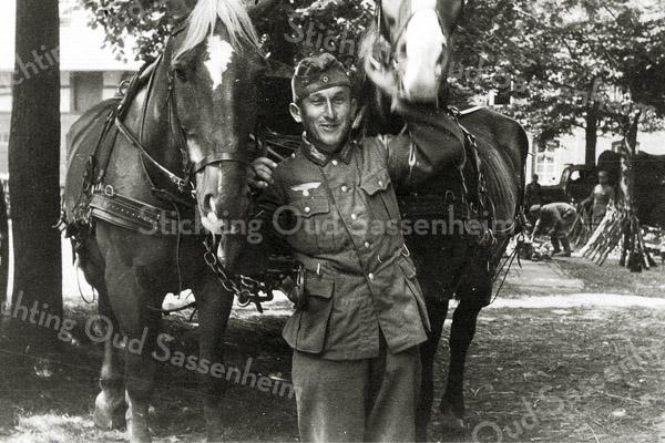 F2762<br /> Tony Huttenhofer op het terrein van Huis ter Leede. Foto: 1941.