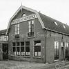 F0810 <br /> Dit is de eerste bollenschuur van Papendrecht - Van der Voet aan de Teijlingerlaan, wat naar achteren gebouwd. het pand is nu eigendom van Van Nieuwkoop. Het pad rechtsonder is nu (2016) de toegangsweg vanaf de Teijlingerlaan naar het Hortusplein.<br /> In 1929 betrokken Papendrecht - Van der Voet het grote bollenhuis, dat door J.P Oudshoorn & Zonen in 1928/29 aan het einde van de Teijlingerlaan was gebouwd, nu appartementencomplex Monte Carlo. In de oude schuur aan het begin van de Teijlingerlaan vestigde zich toen J.W. Marbus en later Klaas Klijn. Het pand is nu eigendom van L. van Nieuwkoop. Foto: vóór 1921.<br /> <br /> Collectie Oudshoorn 094: Papendrecht - van der Voet, Teijlingerlaan 13.<br /> .