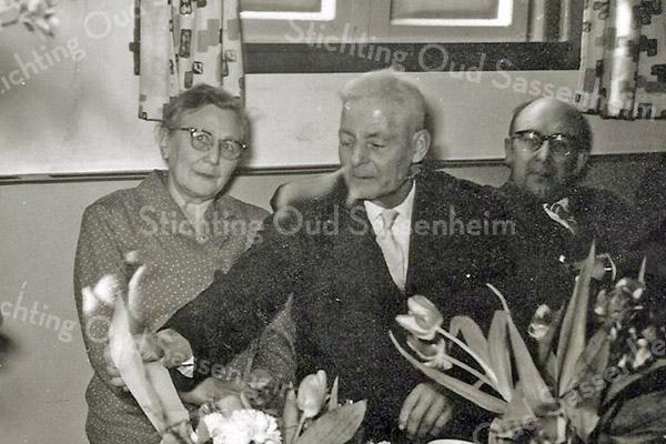 F3367<br /> Jubileum van dhr.C. Luyk bij B&K, waarschijnlijk 40 jaar in dienst, rechts zit Arie Koppier