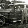 F2614<br /> Leendert Kuijper met zijn vrouw en een fraaie auto..
