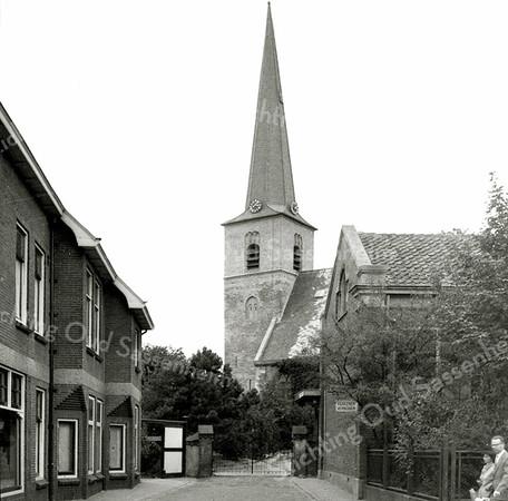 F0456 <br /> De Ned.-hervormde kerk (Dorpskerk) met links het pand van Mathôt, later J. v.d. Klugt. Nu in 2016 is op die plaats al vele jaren de ABN/AMRO-bank.  Rechts het verenigingsgebouw van de Ned.-herv. gemeente.