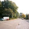 F1839 <br /> De J.P. Gouverneurlaan ter hoogte van de voormalige Rabobank. In 1999 is het parkeerterrein grondig gewijzigd. Er is een strook van het park opgeofferd om meer parkeerplaatsen te krijgen. Foto:1999.
