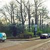 F0509 <br /> De J.P. Gouverneurlaan zoals de situatie was vóór de herinrichting van het parkeergebied. Medio 1999 werd besloten tot een keerlus bij de Rabobank en insteekhavens langs het park tot 't Onderdak en parkeerplaatsen in de lengterichting aan de zuidkant. Dit leverde 135 parkeerplaatsen op. Foto: 1999.