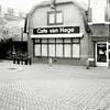 F1361b <br /> Hoofdstraat 259: slijterij en café Van Hage. Daarnaast keurslager Scholten (nr. 261).