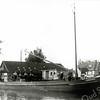 F0411 <br /> De boot 'De Onderneming III' van rederij B. de Boer in de Oosthaven, gebouwd in 1933 bij Boot in Leiden. V.l.n.r. Bouk de Boer (eigenaar), schipper Jan Varkevisser, Jaap Varkevisser, Dirk van de Stelt? en Gijs de Boer. Rechts de huizen van de Molenstraat. Foto: 1934.