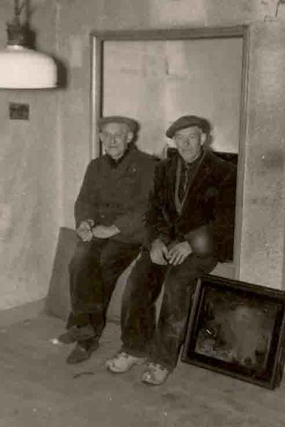 Fcs0379<br /> Jan en Piet Rewijk in een boerenwoning aan de Hortus, kort voor de sloop in de zestiger jaren.