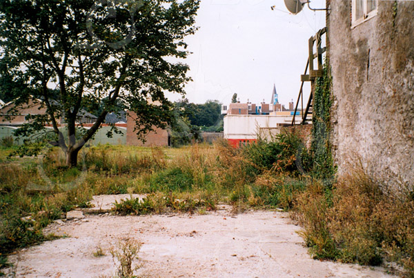 F4375a<br /> De afbraak van enkele huizen aan de Oude Haven en het lege terrein achter de Vaartkade. Foto: 2002