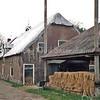 F0900 <br /> Boerderij op het landgoed Ter Leede, gepacht door André Oskam. Eigenaar is Theo de Boer, bewoner van het herenhuis. Het dak is met plastic afgedekt. De volledige restauratie gebeurt pas als André met pensioen gaat. Welke functie de boerderij dan krijgt is niet bekend. Foto: 1998.