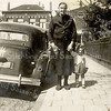 F3034<br /> Ada Hoogeveen, samen met haar grootmoeder Alida Hoogeveen op de J.P.Gouverneurlaan. Op de achtergrond is de Hoofdstraat te zien. Links staat nu de Rabo Bank. Foto: ca 1957.