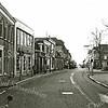 F1991<br /> De Hoofdstraat. Rechts staat 't Bruine Paard. Links op de hoek Kerklaan/Hoofdstraat de winkel van Cas Verlint.