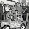 F3802<br /> Het personeel van Auto Bakker op de gevoelige plaat gezet, bij het topmodel van de garage. We zien hier vooraan van links naar rechts; Patrick van der Lans en Patrick Driessen. Achter: Jacques Bakker, Erie Bakker, Gerda van Kesteren, Jos van Kesteren, Erwin van Haastrecht, Jan Zwetsloot, Peter Bakker en een onbekende. Foto 1986