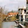 F4339b<br /> Nieuwbouw langs de Bijweglaan op de plek waar de Kringloopwinkel heeft gestaan. Op deze foto is de achterzijde te zien langs de Sassemer Vaart. Op de achtergrond de huizen langs de Concordiastraat en de Molenstraat. Foto: 2002
