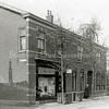 F0821 <br /> Rechts van de Burchtstraat stonden deze drie woningen. De winkel en de andere twee woningen werden in 1904 gebouwd voor rekening van Leclerq. Twee dames Le Clerq dreven in het hoekpand een winkel in kleding, garen en band. Na de brand in ca. 1933 en de herbouw van de winkel kwam daarin kapper Uphoff. De dames Le Clerq woonden na de brand in het middelste pand. In het derde pand woonden o.a. de familie P. Vis en na hen de familie Verhoog. De panden werden afgebroken voor nieuwbouw in 1981. De  huizen die er nu staan zijn in 1991 opgeleverd. Foto: vóór 1921.<br /> Zie Aschpotter nr. 29, blz 20-22 voor uitgebreide informatie over deze panden.<br /> <br /> Collectie Oudshoorn 036: winkel en 2 woonhuizen Hoofdstraat, gez. Le Clerq,1904. Hoofdstraat 219-221-223 volgens oude nummering. Noordzijde van de Burchtstraat.