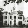 F0688 <br /> Huis ter Leede naar een krantenkopie uit het Leidsch Dagblad van een opname van W. Dijkman. Sinds 1808 werd het pand bewoond door Gijsbert baron van Pallandt. In 1861 werd het huis door brand verwoest, waarbij ook een groot deel van het archief van de hervormde gemeente verloren ging. Het huidige huis werd gebouwd door zijn schoonzoon mr. F.J.J. baron van Heemstra. Na diens dood in 1881 werd het betrokken door zijn zoon Schelto, die later burgemeester van Sassenheim werd. Na de oorlog is het pand jarenlang in gebruik geweest als cursus- en vormingscentrum van Nederlandse Gidsenbeweging. Na acht jaar leegstand werd het huis in 1981 gekocht door bloembollenhandelaar Theo de  Boer, die dit rijksmonument geheel gerestaureerd heeft. Zie ook 'Sassenheim in Grootmoeders tijd' en 'Sassenheim in oude ansichten'. Foto: 1991.