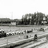 F0052 <br /> Optocht gehouden op het Oranjefeest t.g.v. het 25-jarig regeringsjubileum van koningin Wilhelmina op 13 september 1923 met een versierde T-Ford voorop. Rechts is de bus voor het streekvervoer te zien. Links op de achtergrond is het bollenbedrijf van C.J. Speelman & Zonen te zien. Rechts de villa's Nancy, Linquenda en Even Buiten. De foto is genomen op de Hoofdstraat, tussen de Wasbeekerlaan en huize St. Bernardus. Let op de sloot, die toen nog langs de weg liep. Achter de hoge heg richting de gebouwen van Speelman, loopt het zogeheten Speelmanlaantje. Dit was een pad dat vanaf de Hoofdstraat tussen villa Even Buiten (Hoofdstraat 89) en villa Transforma (afgebroken in 1965) liep en de toegang vormde naar het erachter gelegen bollenbedrijfscomplex van Speelman. Foto: ca. 1923..