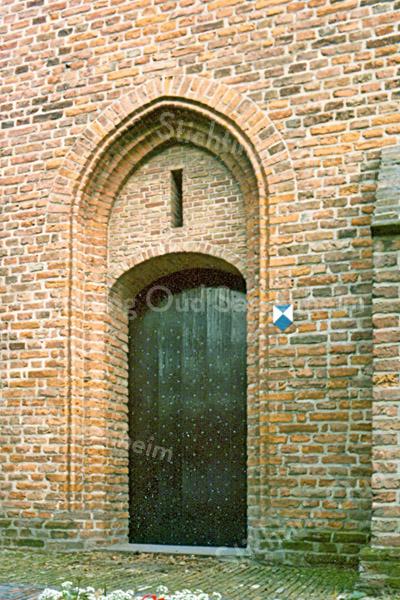 F2433<br /> De ingang onder de toren van de Ned.-herv. kerk (Dorpskerk). Foto: 1976.