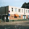 F4351<br /> Hoofdstraat 295 met de ingang naar de Burchtstraat. De nieuwe panden rechts zijn gebouwd in 1991/1992. Op de hoek staan dhr. J. Krikke en mevr. Hoogervorst-Molenaar. Foto: 2002