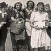 F4511<br /> Bevrijdingsoptocht. Foto: 1945.<br /> De gezusters Bax staan op de foto.