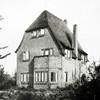 F2738<br /> De vroegere woning van de fam. Oostveen aan de Jacoba van Beierenlaan nr. 16. Later woonde hier de fam. Hulsbergen (van de operettevereniging Beatrix). De woning is een ontwerp van architect Lohmann en is gebouwd in 1926. Architecten: Ponsen en Lohmann.  Foto: vóór 1929.