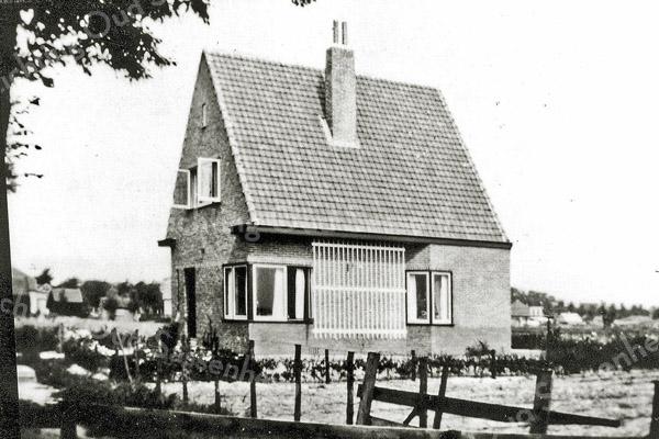 F0038 <br /> Woonhuis De Ploeger aan de Menneweg 101 Bewoond geweest door G.'t Hart, later J. Meeuwissen en thans (2016) de fam. Van Schie. Van bebouwing eromheen is nog geen sprake. Rechts naast het huis is nog net de woning van de heer Beijk aan de Rusthofflaan te zien. Links de rij huizen in de bocht van de Menneweg.