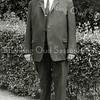 F2987<br /> Dhr. Piet Moolenaar, gehuwd met Trijntje de Boer. 'Piet van Plaatshek' werd hij genoemd, omdat hij tot 1938 tegenover het toegangshek (het 'plaatshek') van de oprijlaan naar Huis ter Leede woonde. (Het bos rondom Huis ter Leede en ook het gebied ten noorden ervan werd vroeger 'de Plaats'genoemd.) <br /> Moolenaars woning en bollenbedrijf aan de Hoofdstraat moesten plaatsmaken voor de aanleg van de Carolus Clusiuslaan. Hij heeft daarna op de Menneweg gewoond (nr. 99). Piet leefde van 1987 tot 1971. Hij kreeg de hiervoor genoemde bijnaam, omdat een familielid van hem ook Piet Moolenaar heette (die woonde aan de Hoofdstraat tegenover de Zuilhofstraat). Foto: 1967.